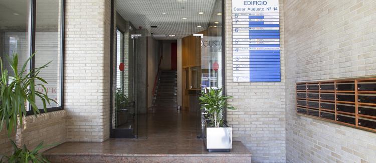 Entrada edificio oficinas César Augusto 14, Zaragoza