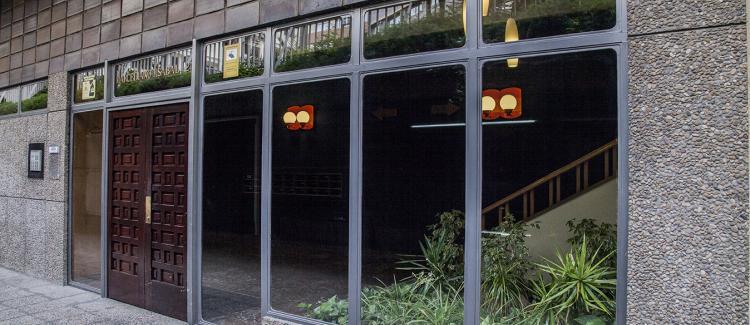 Entrada edificio oficinas y viviendas Marceliano Isabal 2, Zaragoza